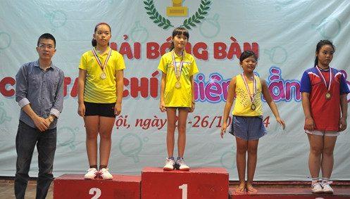 Ông Tống Đức Thuận – Trưởng ban Truyền thông Liên đoàn bóng bàn Việt Nam (ngoài cùng bên trái) trao huy chương cho các VĐV đoạt giải nội dung đơn nữ U9 và U12.