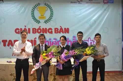 Anh Lê Thanh Hà, Phó Tổng biên tập báo Sinh Viên Việt Nam (ngoài cùng bên trái) và anh Đinh Duy Hưng, Chủ nhiệm CLB bóng bàn Duy Hưng (ngoài cùng bên phải) tặng hoa cảm ơn các nhà tài trợ.
