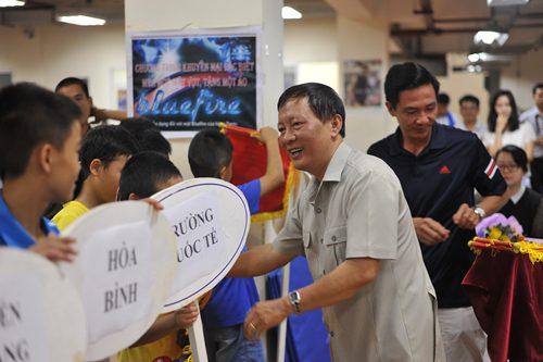 Ông Phạm Đức Thành, Tổng thư ký Liên đoàn Bóng bàn Việt Nam tặng cờ lưu niệm cho đại diện các đơn vị tham gia giải.